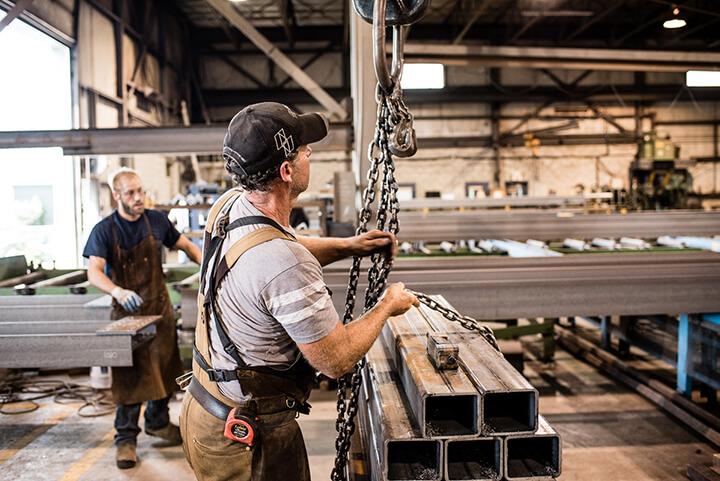 travailleur attachant des poutres d'acier